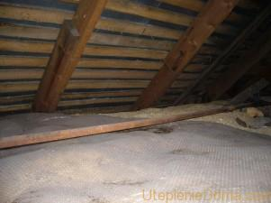 Утеплить потолок в доме опилками