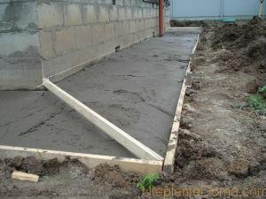 Слой бетона должен быть 5 см, при этом нужно соблюдать уклон 1,5 см на метре