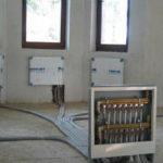 Лучевая система отопления отличается тем, что вода от котла сначала поступает на распределительную гребенку, а потом к каждому отопительному прибору